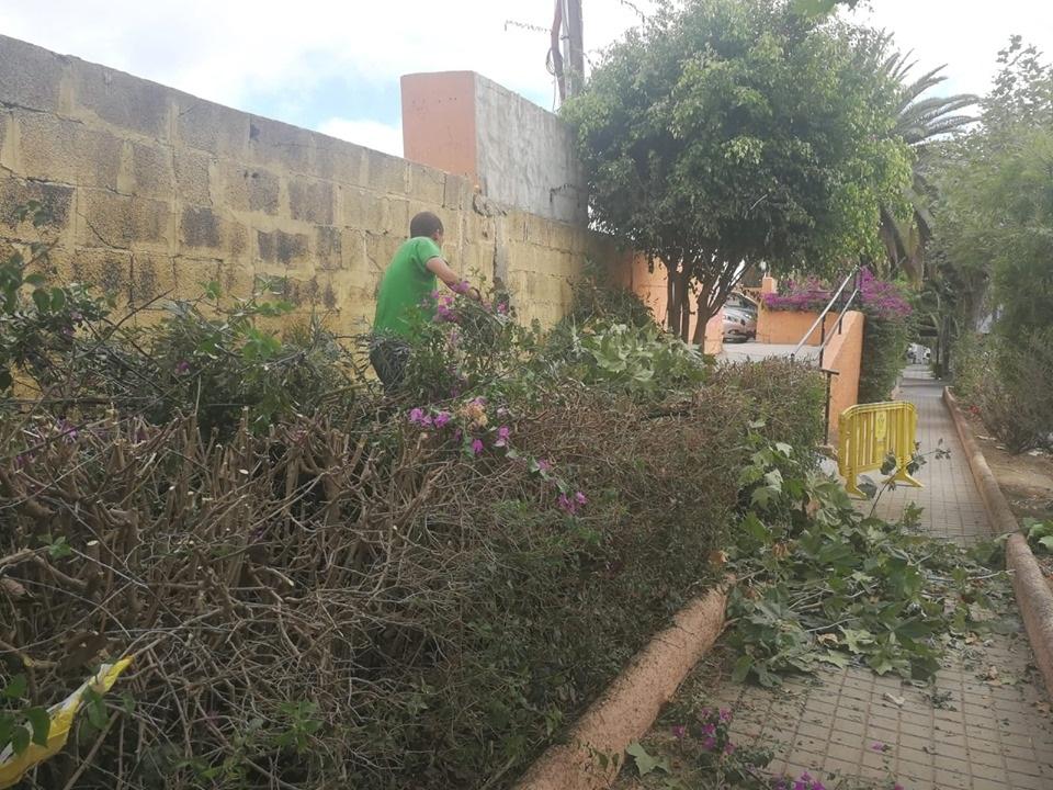 Un operario del Plan de Empleo de Familias Sin Recursos trabajando en la calle Guiniguada.
