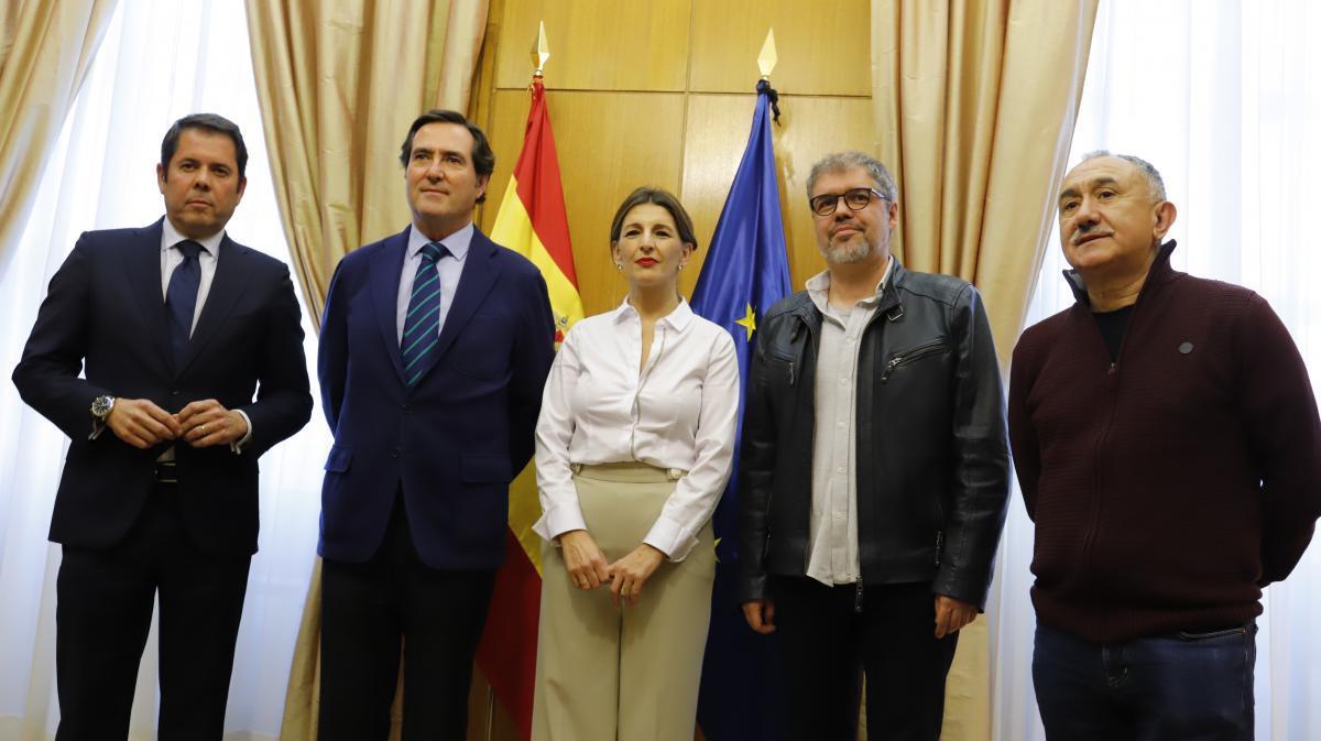 La ministra junto a los representantes de la patronal y sindicatos tras la firma del acuerdo