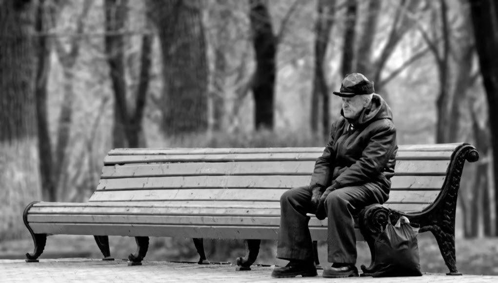 Imagen de un mayor solitario en un parque
