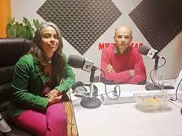 Rosalía Rodríguez Alemán, a la izquierda de la imagen, en una entrevista radiofónica.