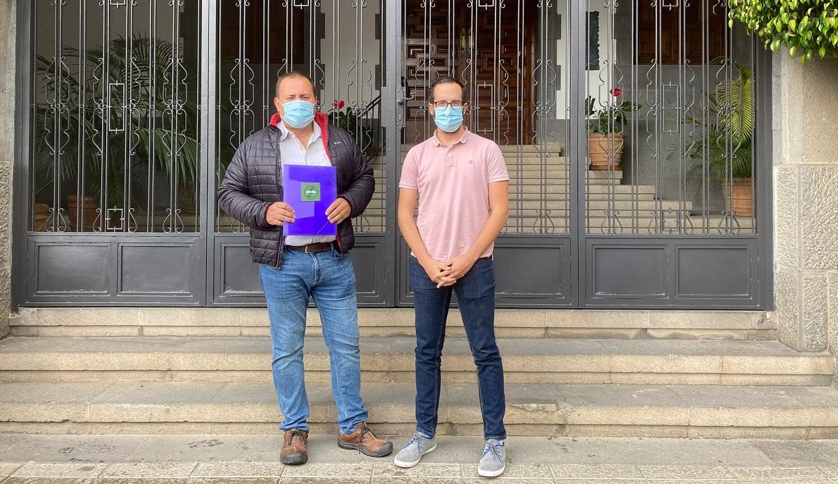 Representantes de ANDO Sataute y del PSOE en el momento de registrar la petición.