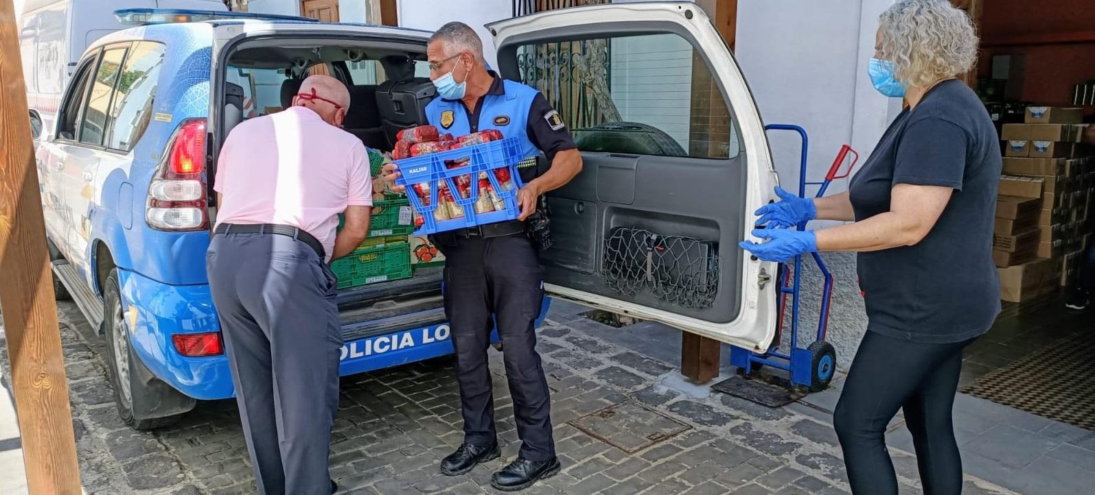 Policías de Santa Brígida entregan al Almacén de Alimentos una donación.